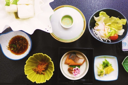 Our breakfast spread: tofu in its kami-nabe paper pot accompanied by a ponzu dipping sauce, soup, salad, the omnipresent assortment of tsukémono (pickles), and a bite of fish.